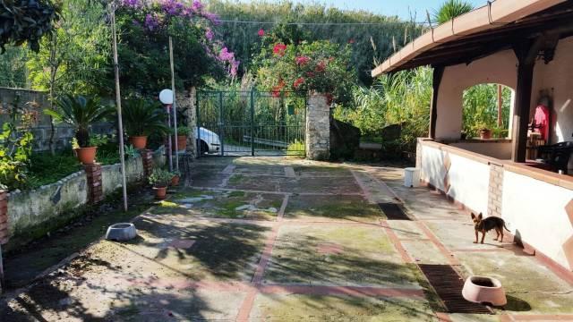 Graziosa villa indipendente con vista mare in zona tranquillissima a 1 km da Tropea e dal mare.Terre
