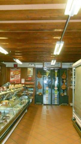 Langhirano in vendita negozio di 125mq + magazzino di 141mq. Rif. 4807620