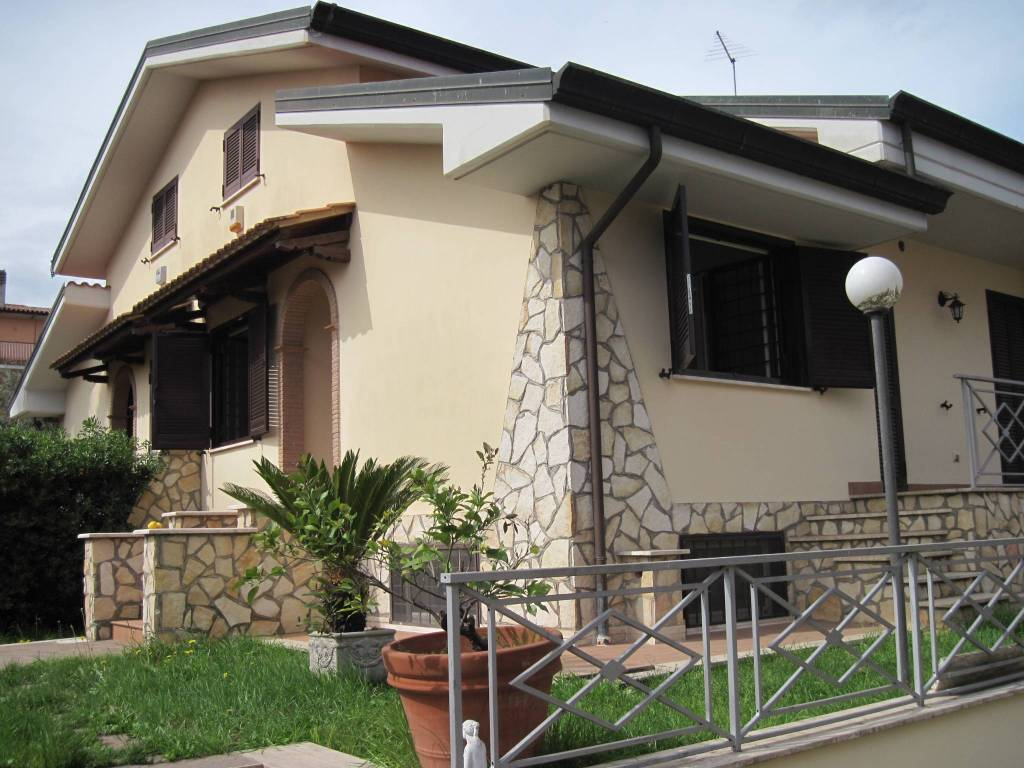 Villa in vendita 8 vani 280 mq.  via del Torchio Roma