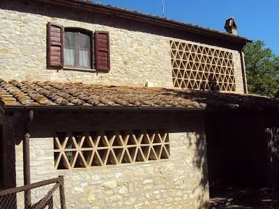 Casale in pietra con terreno su due livelli