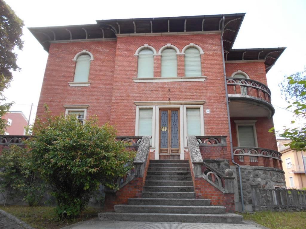 Villa in vendita a Borgo Val di Taro, 8 locali, prezzo € 350.000   CambioCasa.it