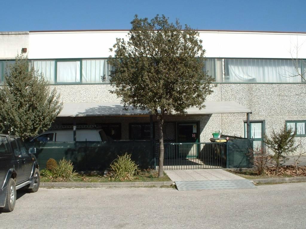 Laboratorio in Vendita a Magione: 2 locali, 400 mq