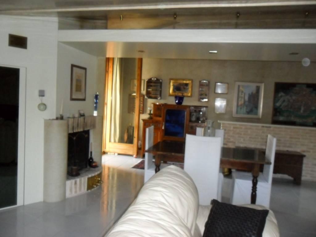 Appartamento in buone condizioni parzialmente arredato in vendita Rif. 8083556