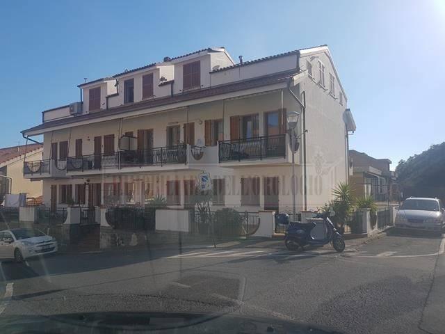 Toirano ampio alloggio con quattro balconi e box auto