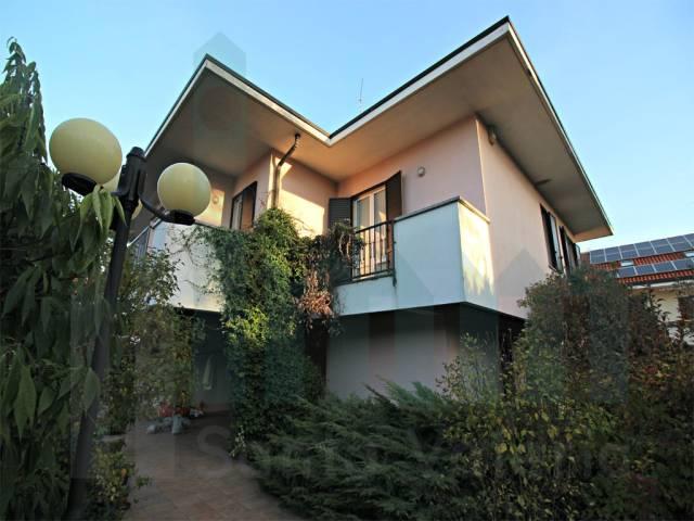 Villa 6 locali in vendita a Cabiate (CO)