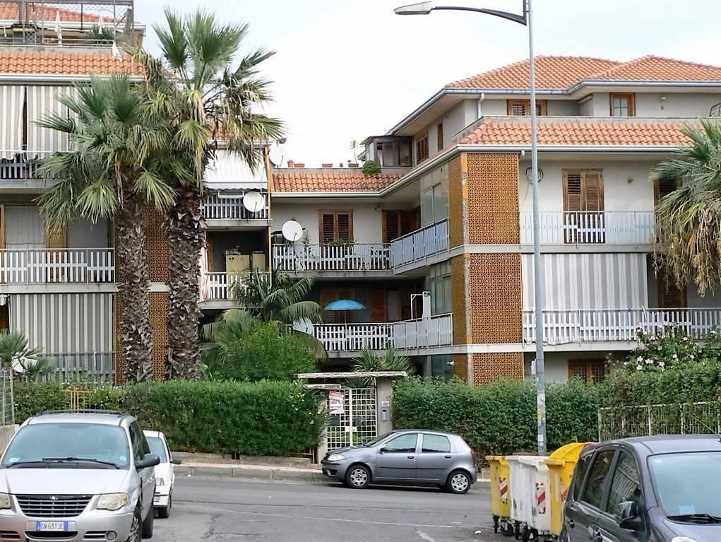 3 vani via Nizzeti/Aci Catena, bar Bistrot