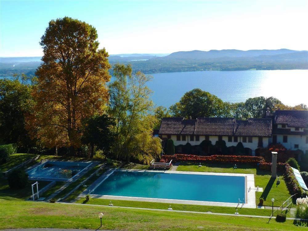 Lago Maggiore. Lesa. Trilocale in residence con piscina