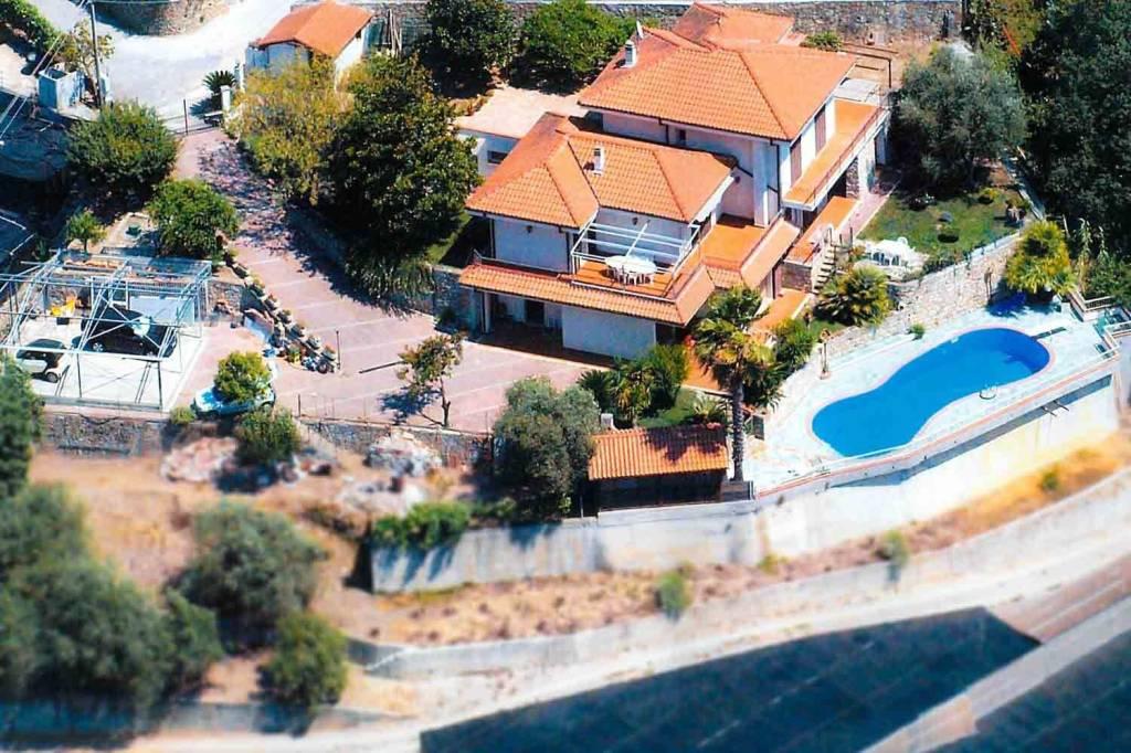 Villa in vendita a Vallecrosia, 9 locali, prezzo € 650.000 | CambioCasa.it