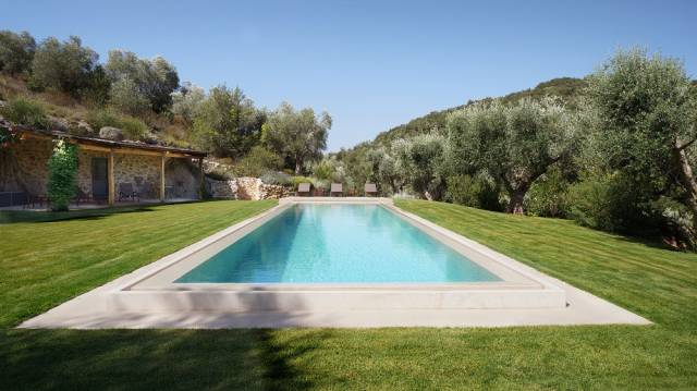 Lussuosa villa con piscina tra verde e mare