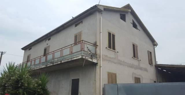 Rustico / Casale in vendita a Cepagatti, 6 locali, prezzo € 190.000 | CambioCasa.it