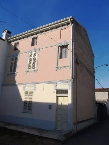 Casa con cortile privato in frazione Robella