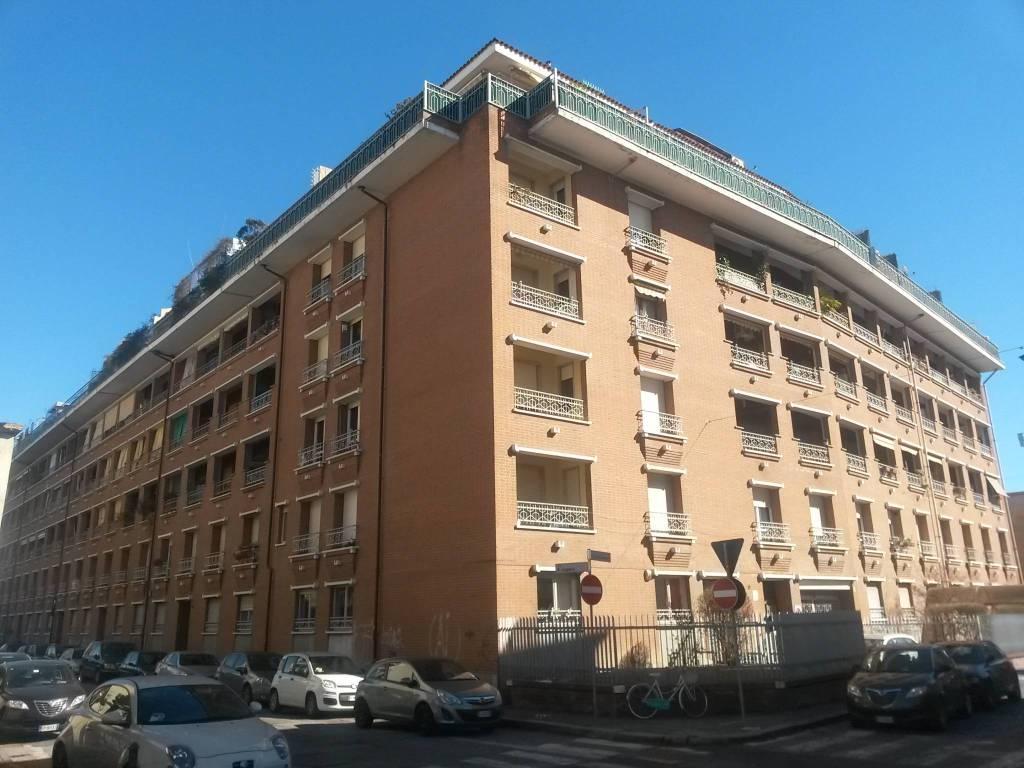 Immagine immobiliare VIA BRUGNONE - ADIACENTE VIA ERNESTO LUGARO ln stabile degli anni 70, proponiamo in vendita box auto singolo mq 11 ca. ingresso box 2.10 mt / lunghezza 4,70 mt / larghezza 2,40 mt. All'interno è presente la luce. Il corridoio è ampio...
