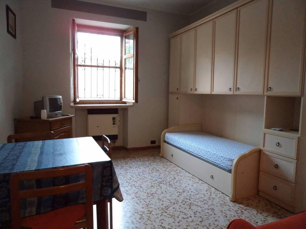 Appartamento in buone condizioni arredato in affitto Rif. 8190384