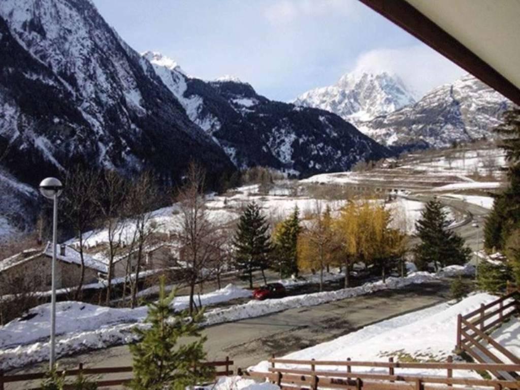 Courmayeur Courmaison: soleggiato bilocale vista Monte Bianco, elegantemente arredato; investimento