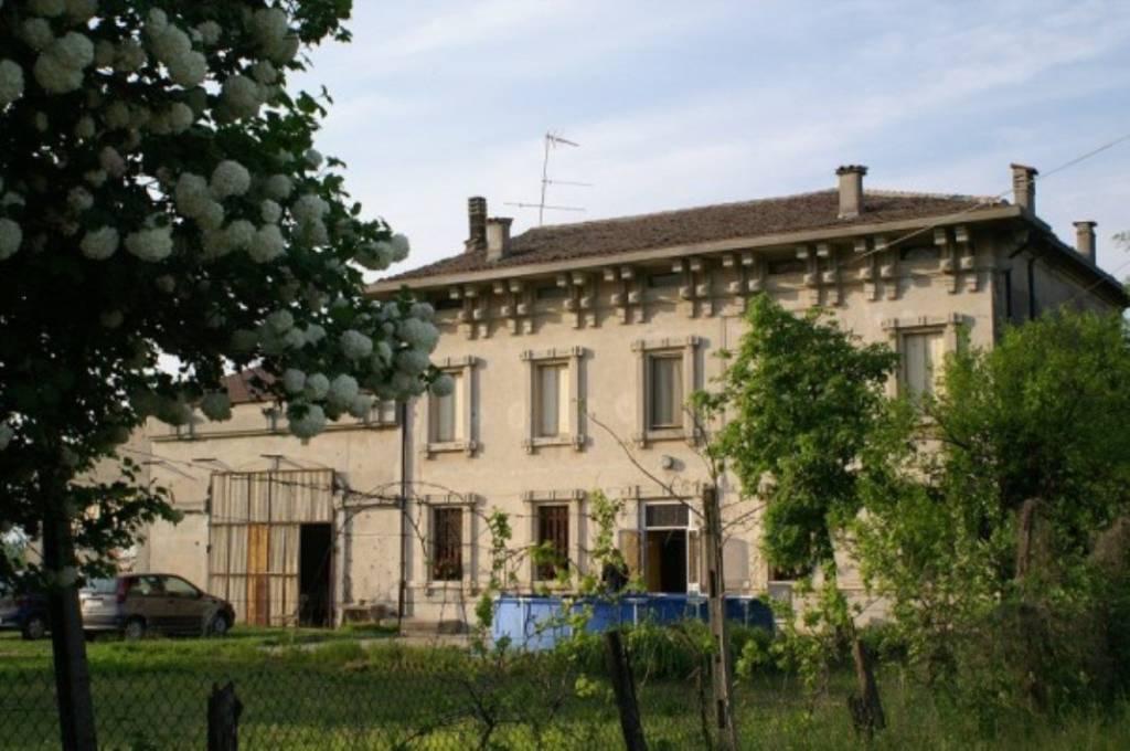 Rustico / Casale in vendita a Goito, 6 locali, prezzo € 370.000 | CambioCasa.it
