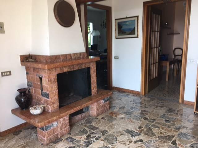 Villa in vendita a Bolano, 6 locali, prezzo € 330.000 | CambioCasa.it