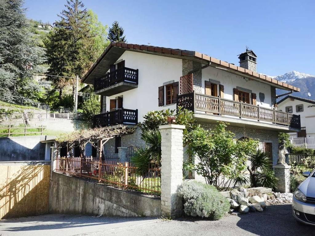 Aosta, villa con giardino, parcheggio, garage, anche divisibile, ideale studio abitazione