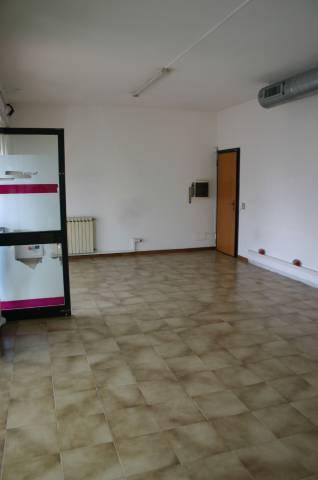 Negozio / Locale in affitto a Barzanò, 3 locali, prezzo € 550   Cambio Casa.it
