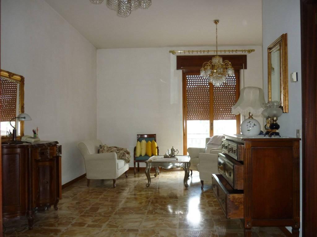 Appartamento in buone condizioni parzialmente arredato in vendita Rif. 8509136