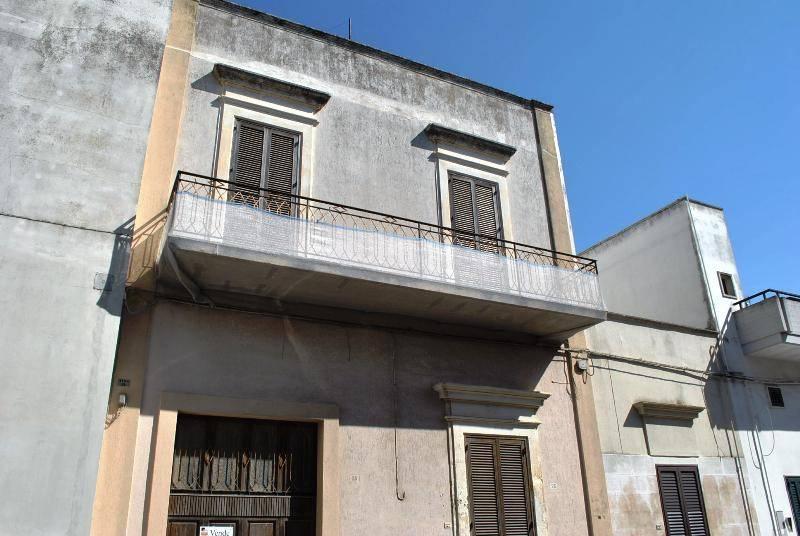 Palazzo in Vendita a Arnesano Centro: 5 locali, 250 mq