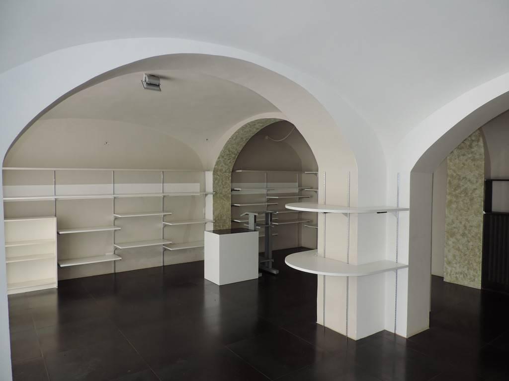 1498 - Ampio negozio con tre vetrine Rif. 4912539