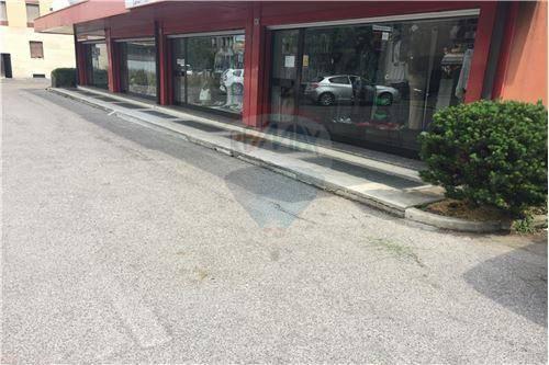 Locale commerciale bilocale in affitto a Mariano Comense (CO)