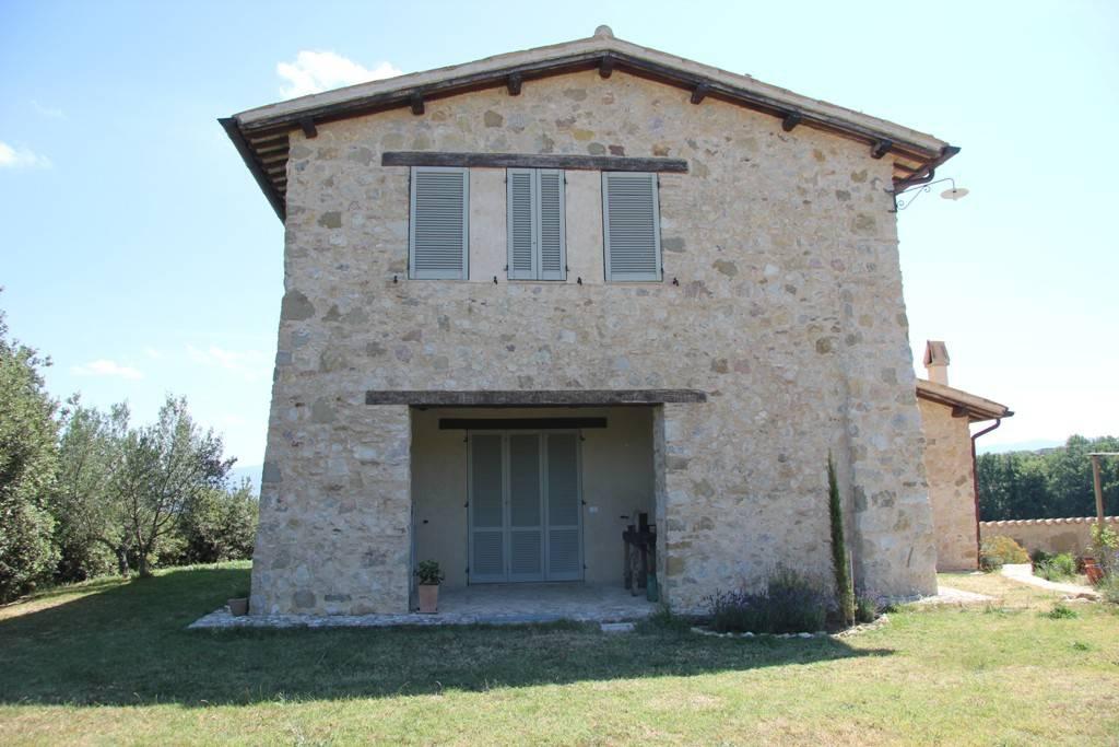 Rustico / Casale in vendita a Castel Ritaldi, 4 locali, prezzo € 330.000 | CambioCasa.it