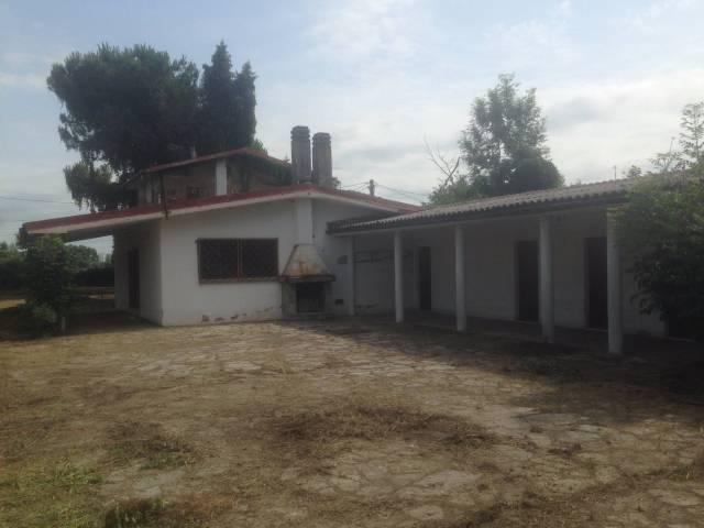 Casa libera 4 lati con ampio terreno e piscina.