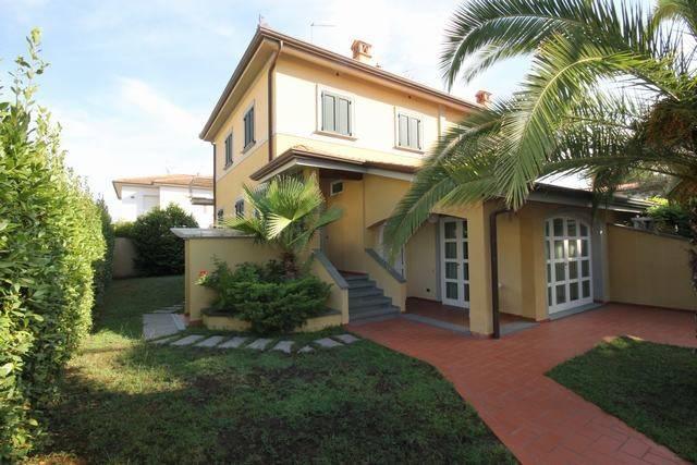 Villa in Vendita a Camaiore Centro: 5 locali, 209 mq