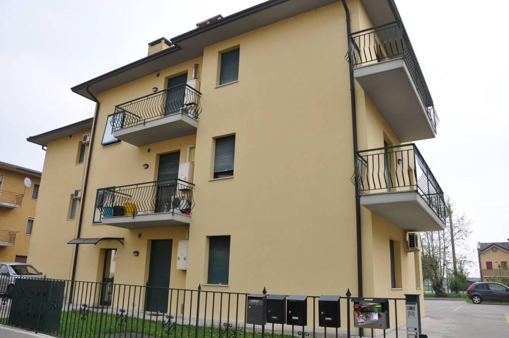 Appartamento in buone condizioni arredato in affitto Rif. 8639662