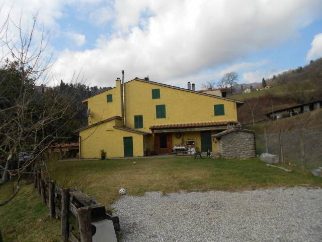 Vernio Località La Villa Vendesi villa libera su tre lati
