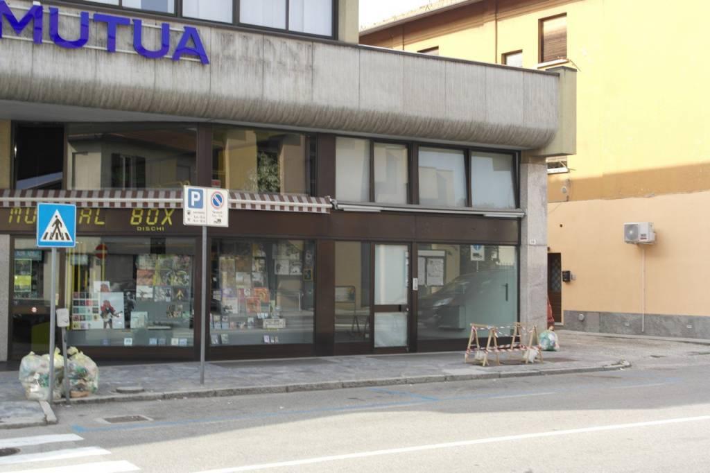 Negozio / Locale in vendita a Besozzo, 3 locali, prezzo € 210.000 | CambioCasa.it