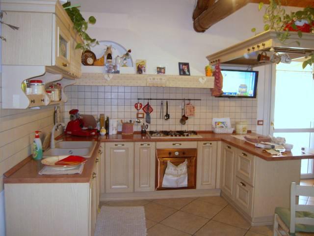 Appartamento in buone condizioni parzialmente arredato in vendita Rif. 4277475