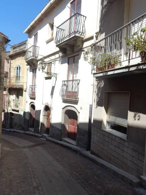 Palazzo / Stabile in vendita a Mammola, 6 locali, prezzo € 65.000 | CambioCasa.it