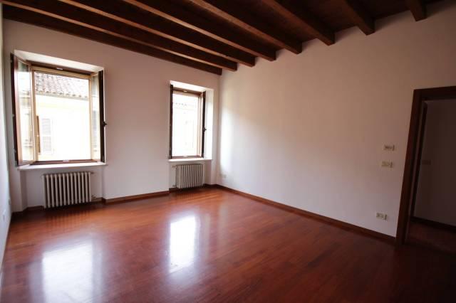 Appartamento in buone condizioni in affitto Rif. 4241157