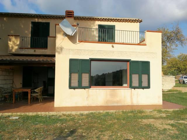 Villa trifamiliare indipendente in vendita a pochi km da Tro