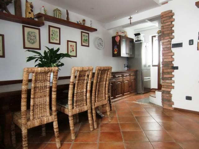 Barni - Porzione di casa con sassi e travi a vista