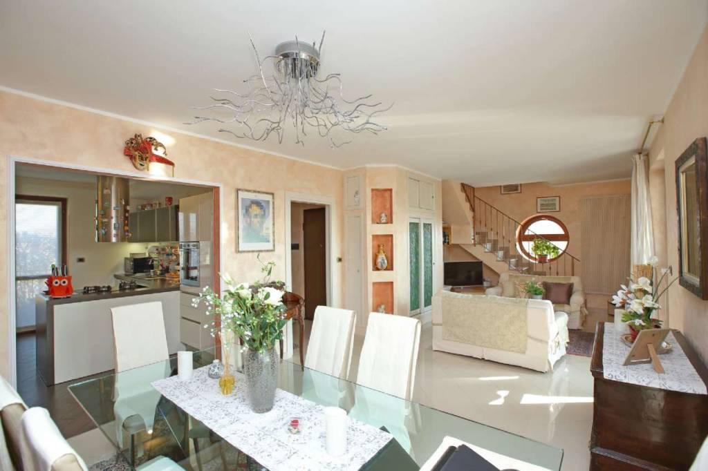 Appartamento in ottime condizioni in vendita Rif. 9432468