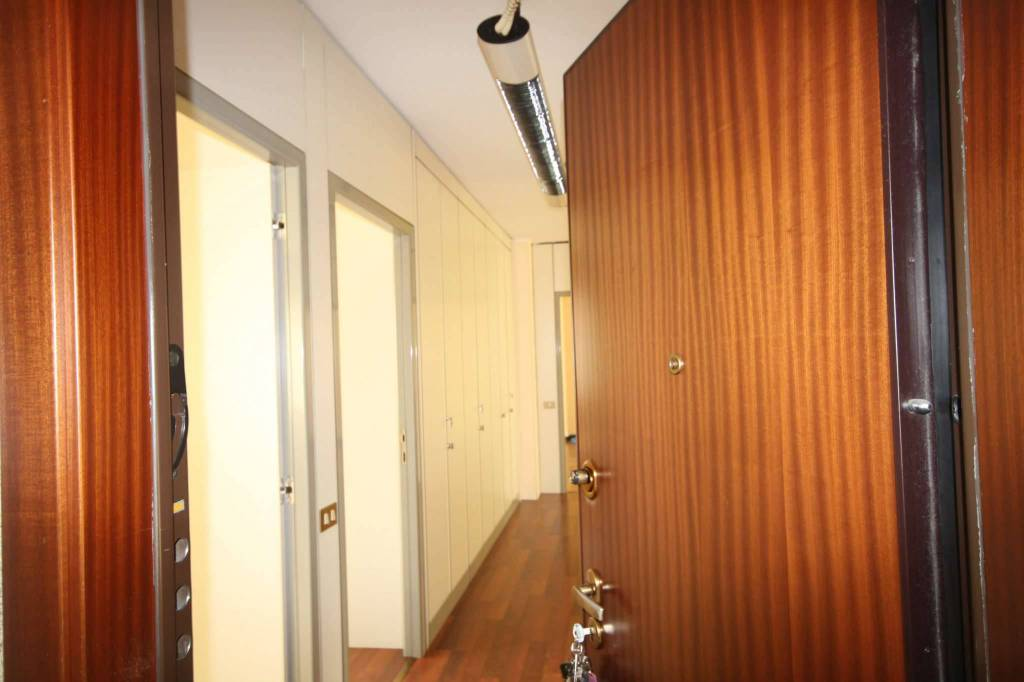 Ufficio / Studio in affitto a Corsico, 4 locali, prezzo € 1.350   CambioCasa.it