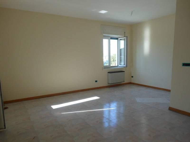 Appartamento in buone condizioni in affitto Rif. 7421258