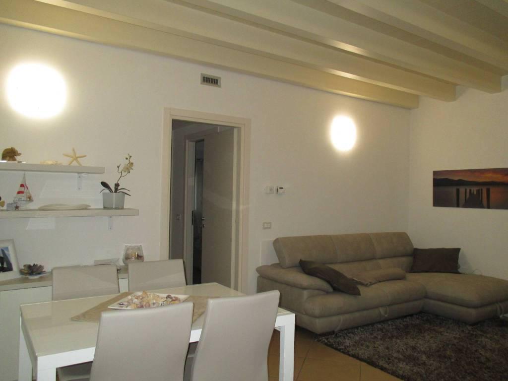 Appartamento in ottime condizioni arredato in affitto Rif. 9096336