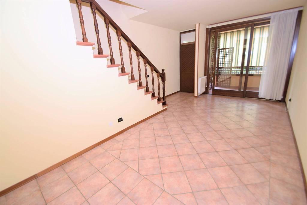 Appartamento in buone condizioni parzialmente arredato in vendita Rif. 5295617