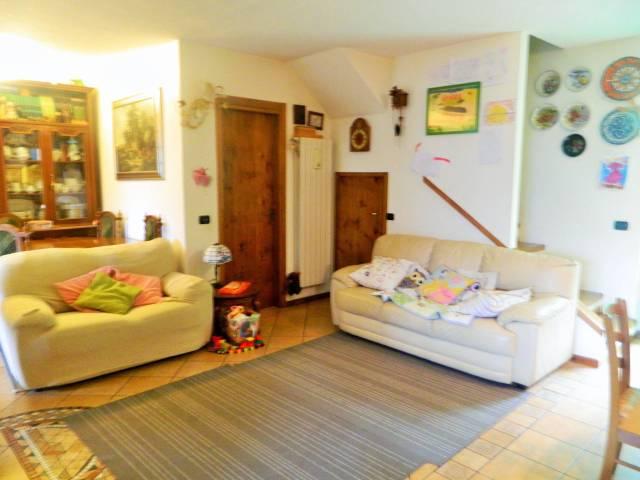 Appartamento in buone condizioni parzialmente arredato in vendita Rif. 4937975