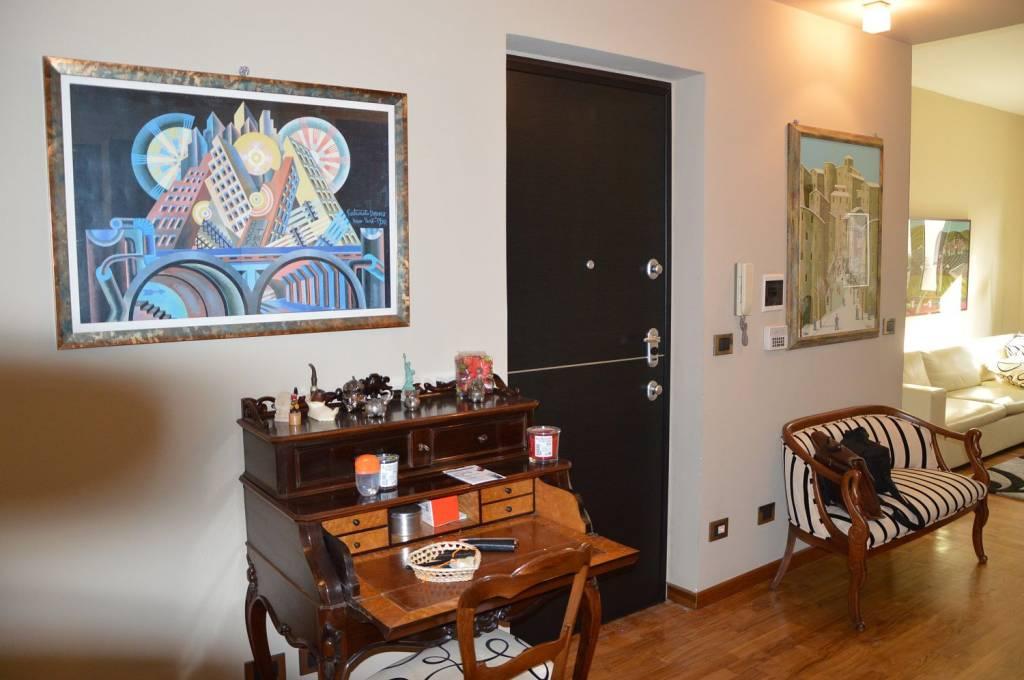 Immagine immobiliare Proponiamo in vendita in Crocetta , via Cassini angolo via Vespucci , a pochi metri dal mercato , in stabile fine anni cinquanta , appartamento situato al terzo piano di cinque , con ascensore , composto da ingresso living su salone con angolo...