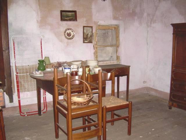 Casa Indipendente da ristrutturare parzialmente arredato in vendita