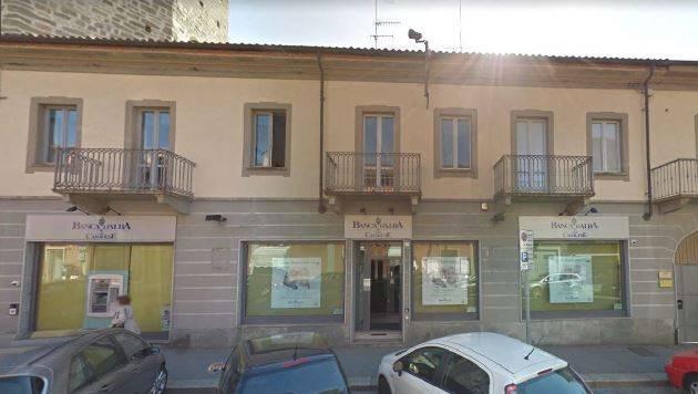 Immagine immobiliare Via Po 3 Chivasso L'edificio si trova nel centro di Chivasso vicino al Duomo, dispone di 4 vetrine con doppi vetri, ristrutturato a ufficio bancario. La superficie sviluppa circa 320 mq su un unico piano. All'interno sono state...