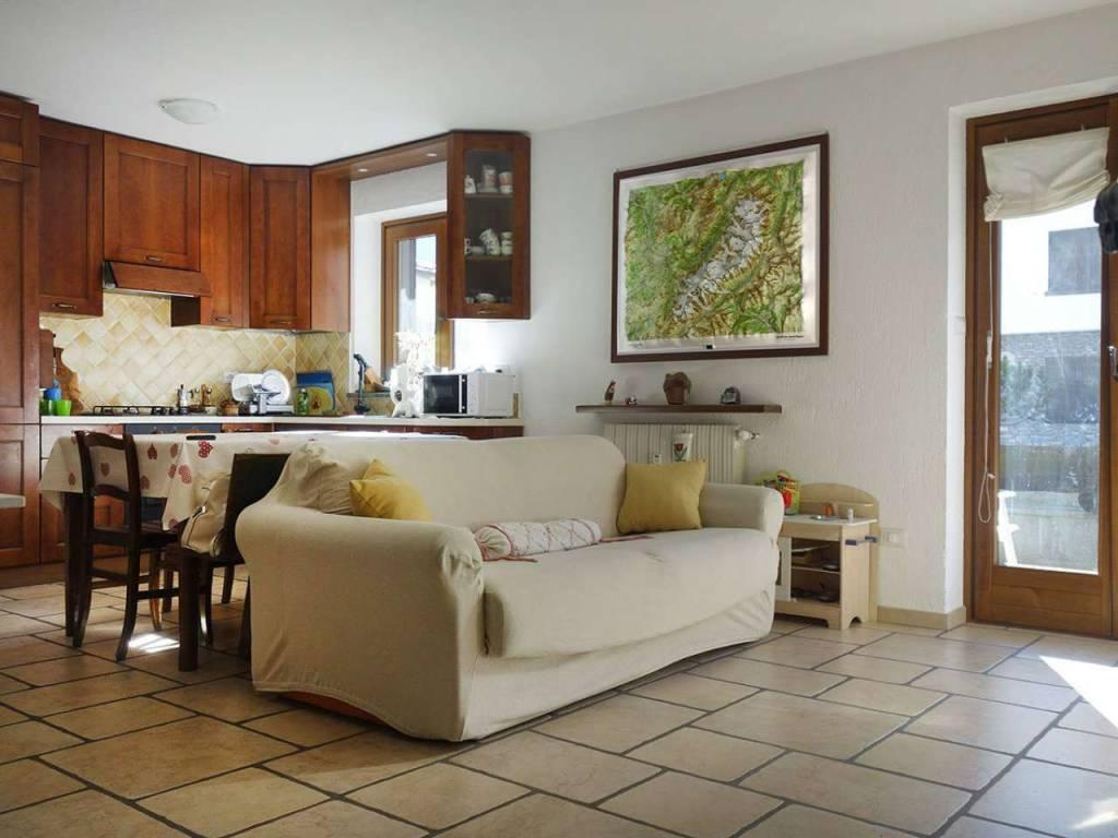 Morgex centro, soleggiato trilocale con terrazza, giardino, box, cantina, in perfette condizioni