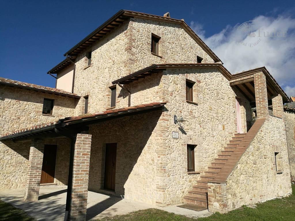 Rustico / Casale in vendita a Avigliano Umbro, 13 locali, prezzo € 395.000 | CambioCasa.it