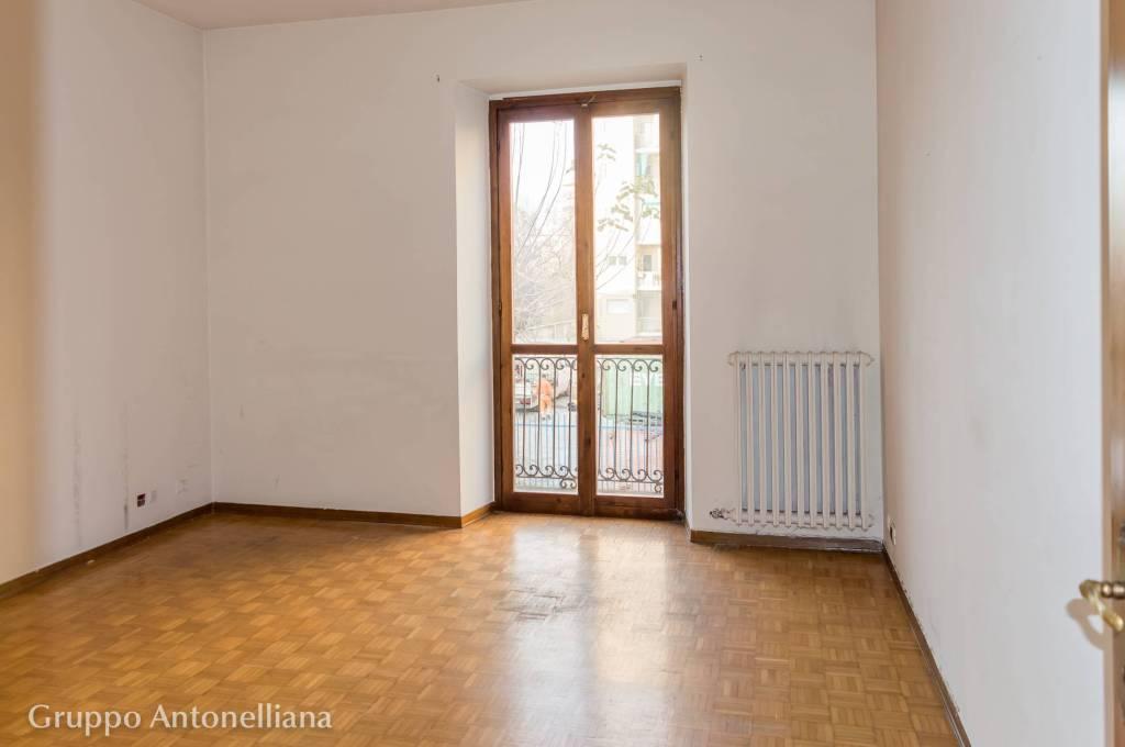Immagine immobiliare In Via Levanna all'angolo con via Rivara in palazzina ottocentesca ristrutturata e dotata di ascensore affittiamo ampio ufficio di 130 m². L'ufficio si trova al 1° piano della palazzina ha due affacci, è subito abitabile e lo...