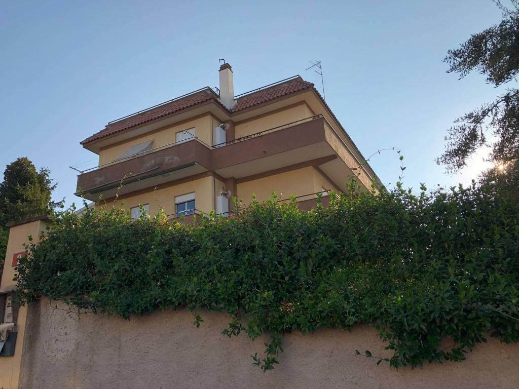 Appartamento in buone condizioni in affitto Rif. 7483132